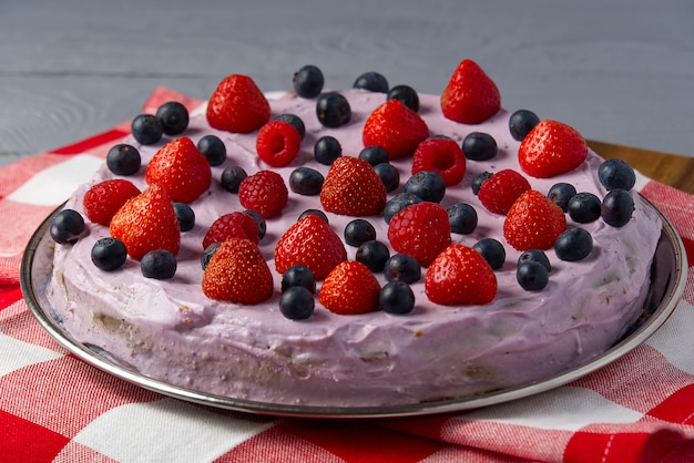 Zelfgemaakte cheesecake met bessen. cheesecake met aardbei, bosbes en framboos.