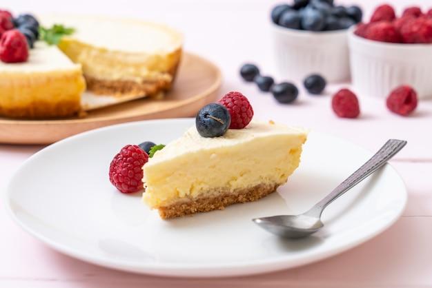 Zelfgemaakte cheesecake met frambozen en bosbessen