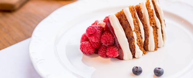 Zelfgemaakte cheesecake met verse bessen. gezonde biologische zomerdessert-taart-cheesecake