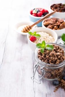 Zelfgemaakte chocolade granola ingrediënten