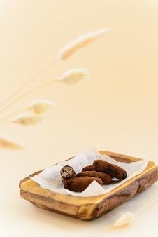 Zelfgemaakte chocolade op een houten bord.