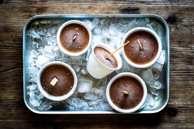 Zelfgemaakte chocolade-pindakaas-ijsbekers recept