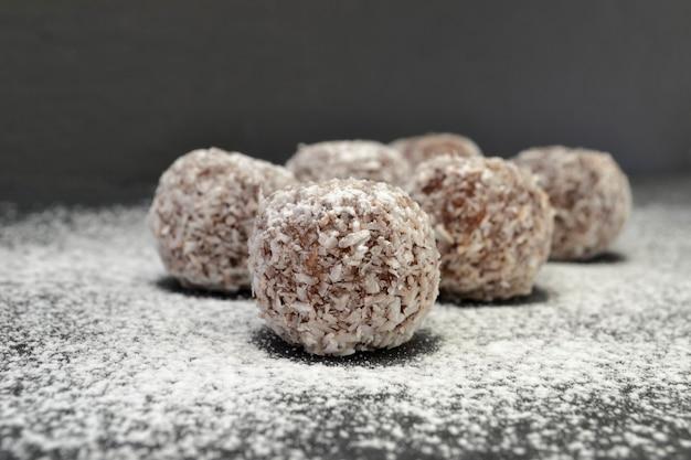 Zelfgemaakte chocolade snoepjes in kokosnoot chips, selectieve aandacht.