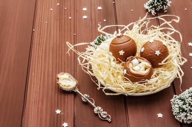 Zelfgemaakte chocolade snoepjes met ster hagelslag. feestelijk zoet dessert voor pasen