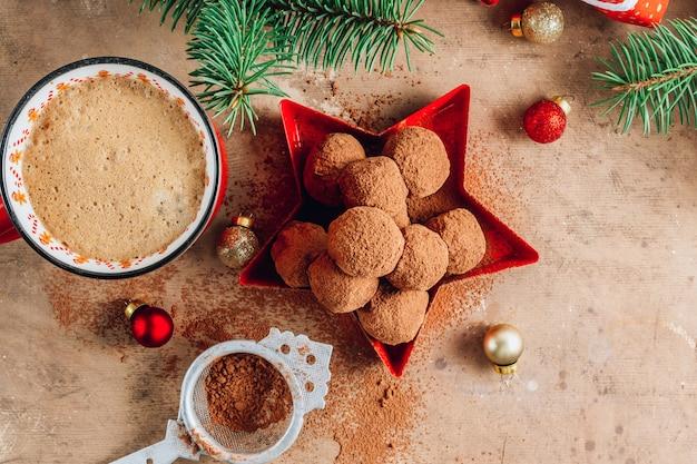 Zelfgemaakte chocolade truffels candy bal op een achtergrond van kerstmis. bovenaanzicht