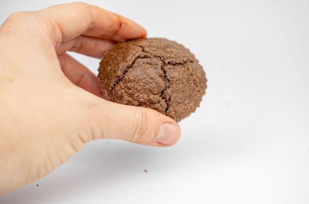 Zelfgemaakte chocoladebruine muffins in een hand