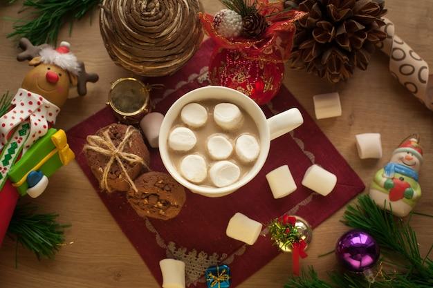 Zelfgemaakte chocoladekoekjes met kopje cacao en marshmallow kerst warme drank met lekkere koekjes