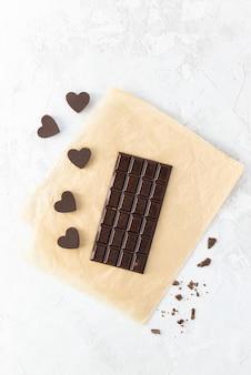 Zelfgemaakte chocoladereep met hartjes.