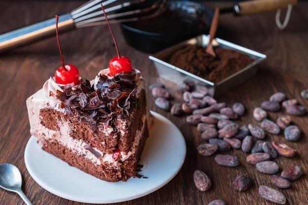 Zelfgemaakte chocoladetaart op de tafel