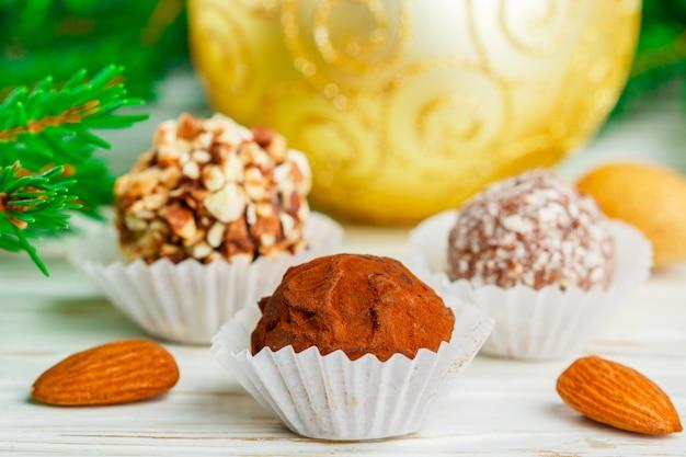 Zelfgemaakte chocoladetruffels met amandelen, kokosnoot en koekjeskruimel