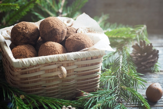 Zelfgemaakte chocoladetruffels met cacao en kokosnoot in een doos. kerst concept