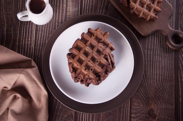 Zelfgemaakte chocoladewafels op de houten tafel