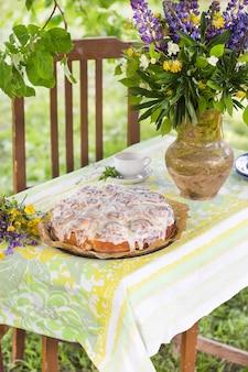 Zelfgemaakte cinnabon-broodjes in romige glazuur tijdens een zomerse picknick