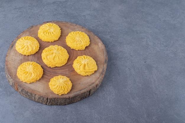 Zelfgemaakte citroenkoekjes op het bord, op het marmer.