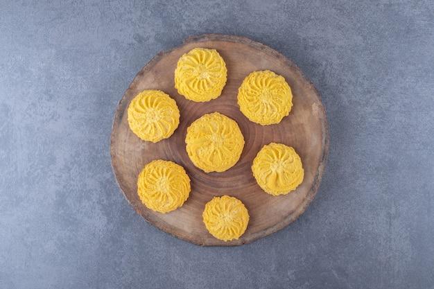 Zelfgemaakte citroenkoekjes op het bord