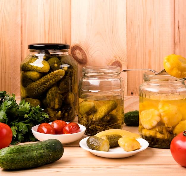 Zelfgemaakte conserven concept met groenten