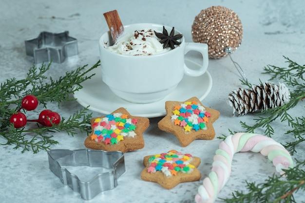 Zelfgemaakte cookie met ijs op wit.