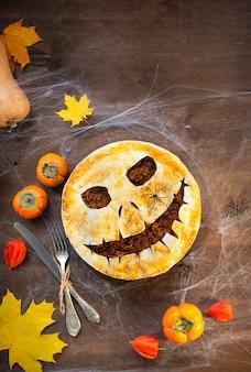 Zelfgemaakte cream pie op een houten tafel