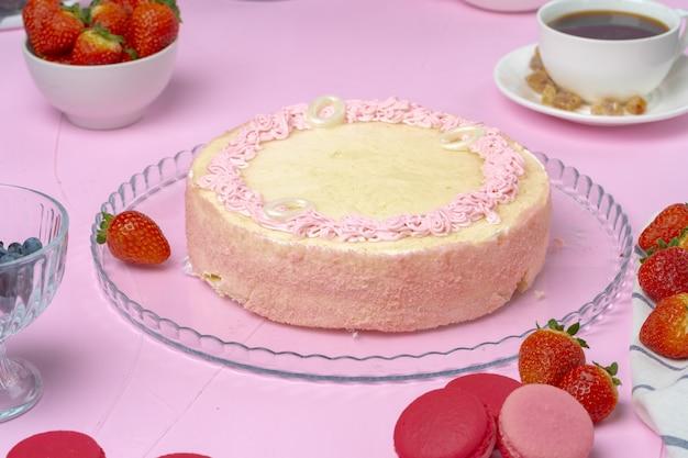 Zelfgemaakte crème biscuitcake met aardbei