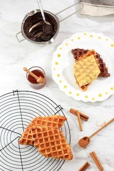 Zelfgemaakte croissant wafel (croffle) geserveerd met chocolade en kaas, bovenaanzicht