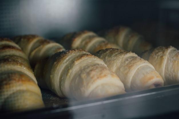 Zelfgemaakte croissants worden gebakken in de oven