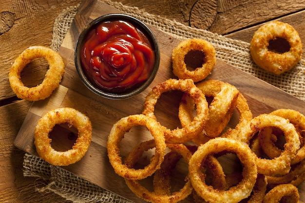 Zelfgemaakte crunchy fried onion rings