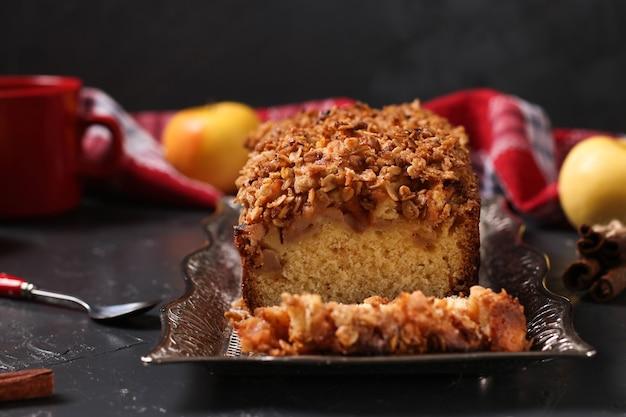 Zelfgemaakte cupcake met havermout, appels en knapperige granen havermout op een metalen dienblad op een donkere achtergrond, close-up