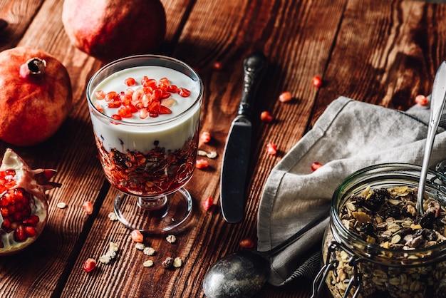 Zelfgemaakte dessert met ingrediënten op houten tafel.