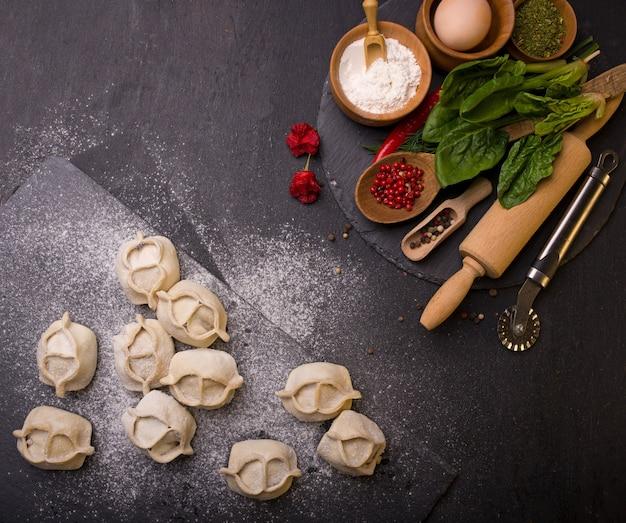Zelfgemaakte diepvriesproducten. manti met rundvlees op een houten tafel.
