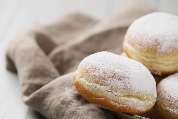 Zelfgemaakte donuts in poedervorm