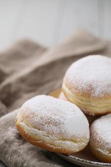 Zelfgemaakte donuts met poeder