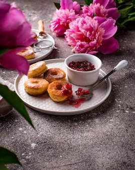 Zelfgemaakte donuts met rozenjam