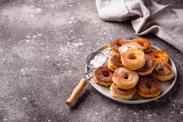 Zelfgemaakte donuts met suiker poeder