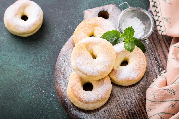 Zelfgemaakte donuts met suiker