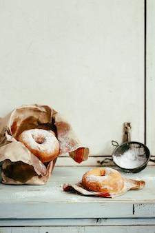 Zelfgemaakte donuts met suikerpoeder