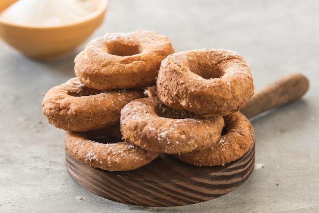 Zelfgemaakte donuts suiker geglazuurd op een stenen achtergrond