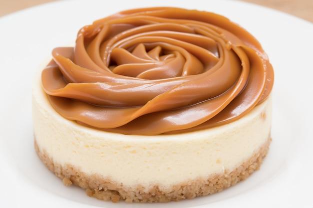 Zelfgemaakte dulce de leche (op melk gebaseerde karamel / doce de leite) cheesecake. vooraanzicht