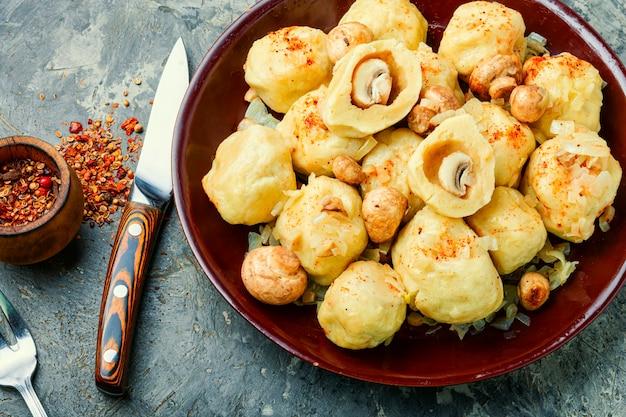 Zelfgemaakte dumplings met champignons.