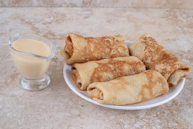 Zelfgemaakte dunne verse pannenkoeken voor ontbijt of dessert