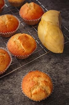 Zelfgemaakte durian cupcakes op rock tafel.