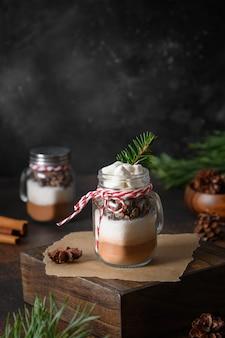 Zelfgemaakte eetbare kerstcadeaus in glazen pot voor chocoladedrank kerstvakantietraktaties
