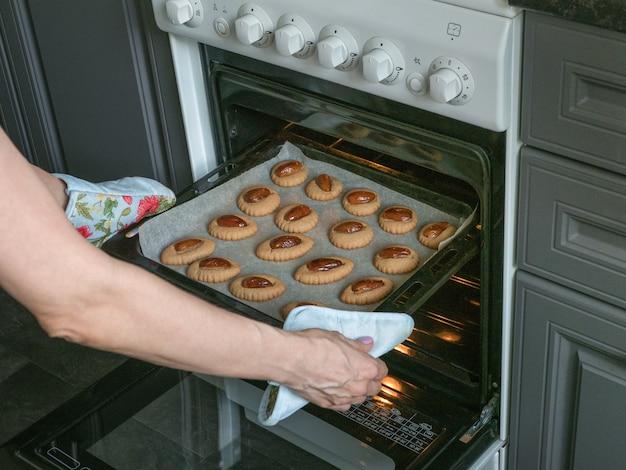 Zelfgemaakte eid dates-snoepjes koken. arabische ramadan-snoepjes