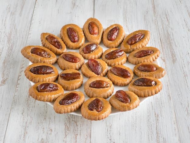 Zelfgemaakte eid dates-snoepjes op een witte houten lijst