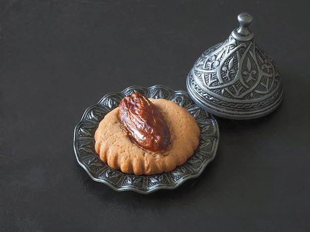 Zelfgemaakte eid dates-snoepjes op een zwarte lijst