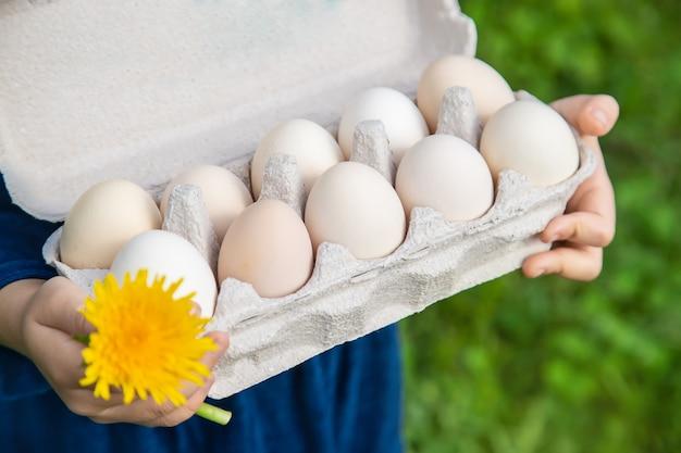 Zelfgemaakte eieren in de handen van een kind.