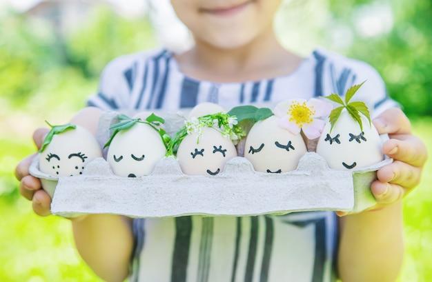 Zelfgemaakte eieren met mooie gezichten en een glimlach. selectieve aandacht.