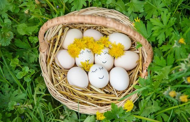 Zelfgemaakte eieren met mooie gezichten en een glimlach.