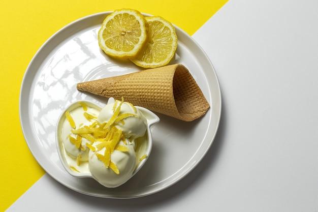 Zelfgemaakte en verfrissende natuurlijke citroen ijs bal in kegel
