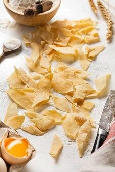 Zelfgemaakte en vers gemaakte pasta maltagliati