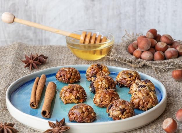 Zelfgemaakte energie en gezonde snoepjes gemaakt van granen, gedroogde noten, zaden, gedroogd fruit en honing.